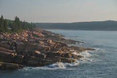 Losas de los cantos rodados rosados del granito a lo largo del Océano Atlántico en un mis Fotografía de archivo libre de regalías