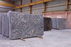 Losas de piso pulidas del granito apiladas en Warehouse Fotografía de archivo libre de regalías