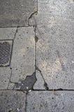 Losas sucias y agrietadas del pavimento Imágenes de archivo libres de regalías