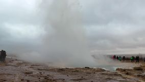 Losbarstende Geiser in IJsland stock videobeelden