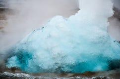 Losbarstende geiser, IJsland stock foto's