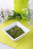 Lose grüne Teeblätter stockbild