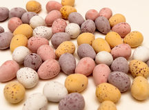 Lose Schokoladeneier auf Tabelle Stockfoto
