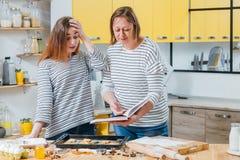 Losere Chefmuttertochter-Fehlerkekse stockfotos