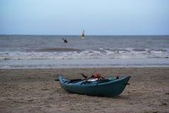 loses Kanu ist auf dem Strand auf der Nordsee an Hoek-Packwagen Holland Lizenzfreies Stockbild