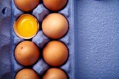Loseup ¡ Ð сняло с дюжиной из яичек цыпленка в красочном фиолетовом контейнере картона Стоковые Фото