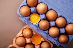 Loseup ¡ Ð сняло с дюжиной из яичек цыпленка в красочном фиолетовом контейнере картона Стоковая Фотография RF