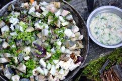 Loseup de ¡ de Ð des champignons et des oignons dans la casserole et mélangés au PS en bois Photographie stock