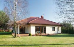 Losgemaakt huis bij zonnige dag royalty-vrije stock afbeelding