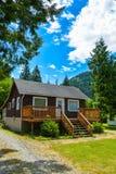 Losgemaakt huis met groot terras aan de kant van het land in Brits Colombia, Canada royalty-vrije stock fotografie