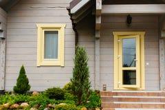 Losgemaakte huisingang Open glasdeur en venster royalty-vrije stock afbeeldingen