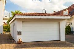 Losgemaakte witte garage met het oranje dak van de baksteentegel Royalty-vrije Stock Afbeelding