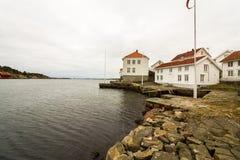 Loshavn, idylliczna norweska costal pirat wioska z białymi drewnianymi domami obraz royalty free