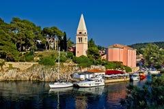 Losinj de Veli panoramique - église et port sûr Photographie stock