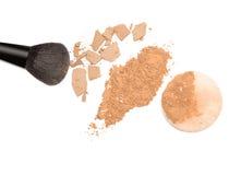 Lossa pulver och pressa samman pulver med makeupborsten och pusta Royaltyfria Foton