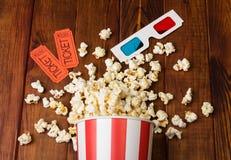 Losse popcorn in gestreepte doos, twee kaartjes aan de bioskoop en 3D glazen Royalty-vrije Stock Foto's
