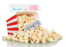 Losse popcorn in gestreepte vierkante doos, een kaartje aan de bioskoop en 3D glazen die op wit worden geïsoleerd Stock Foto