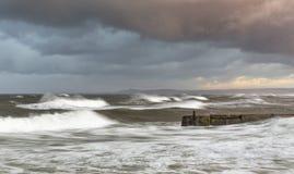 Lossiemouth,在大浪的风暴。 库存图片