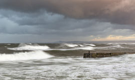 Lossiemouth, Sturm an der Flut. stockbilder