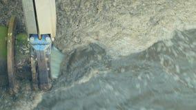 Lossing van afvalwater in de biologische reiniging van het segmentklaarsel van de installatie van de waterbehandeling van afvalwa stock videobeelden