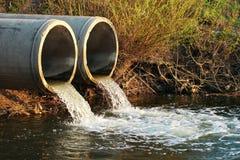 Lossing van riolering in een rivier royalty-vrije stock afbeelding