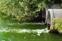 Lossing van riolering in een rivier stock fotografie