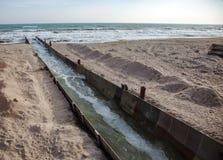 Lossing van vuil industrieel afvalwater in overzees Vergiftiging van recreatiegebied door verspreiding van ziekte, vernietiging v royalty-vrije stock fotografie