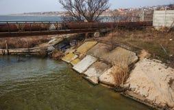 Lossing van vuil industrieel afvalwater in overzees Vergiftiging van recreatiegebied door verspreiding van ziekte, vernietiging v stock foto