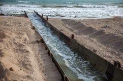 Lossing van vuil industrieel afvalwater in overzees Vergiftiging van recreatiegebied door verspreiding van ziekte, vernietiging v stock afbeelding