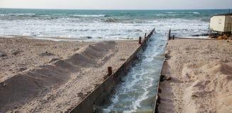 Lossing van vuil industrieel afvalwater in overzees Vergiftiging van recreatiegebied door verspreiding van ziekte, vernietiging v stock afbeeldingen