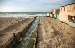 Lossing van vuil industrieel afvalwater in overzees Vergiftiging van recreatiegebied door verspreiding van ziekte, vernietiging v stock fotografie