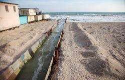 Lossing van vuil industrieel afvalwater in overzees Vergiftiging van recreatiegebied door verspreiding van ziekte, vernietiging v stock foto's