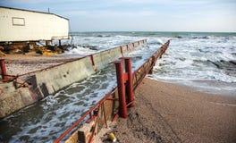 Lossing van vuil industrieel afvalwater in overzees Vergiftiging van recreatiegebied door verspreiding van ziekte, vernietiging v royalty-vrije stock foto