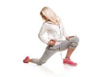 Losstürzen des Beines blonde Eignungsfrau Stockfotografie