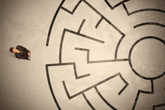 Lost business man looking for a way in circular labyrinth Royalty Free Stock Photos