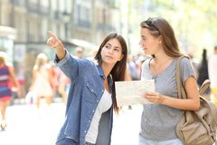 Free Lost Tourist Asking For Help From A Pedestrian Royalty Free Stock Photo - 148825725