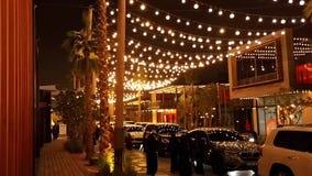 Losu Angeles Mera miejscowość nadmorska, plenerowy robi zakupy teren przy nocą, nowy okręg z zakupy i restauracje w Jumeirah, Dub zbiory