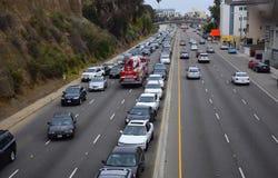 LOSU ANGELES Pożarniczego silnika pług Przez Ciężkiego ruchu drogowego i Retrograde Obrazy Stock