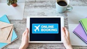 Lot biletowej rezerwacji online us?uga na przyrz?du ekranie Interneta i technologii poj?cie zdjęcie royalty free