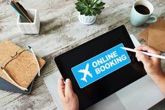 Lot biletowej rezerwacji online us?uga na przyrz?du ekranie Interneta i technologii poj?cie zdjęcie stock