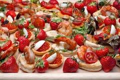 Lot Canape mit Garnele, Kaviar, Erdbeeren Stockfotografie