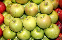 Lot of green apples on market stall Royalty Free Stock Photos