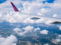 Lot Kyiv Lipiec 2018 Lot Kyiv Juliy 2018 Widok od samolotowego okno: skrzydło «wizzair «samolot w chmurnym niebie zdjęcie stock