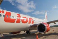 Lot Lionair podczas gdy na pasie startowym przy krabi Hatta lotniskiem międzynarodowym fotografia stock