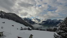 Lot nad śnieżną górą zdjęcie wideo