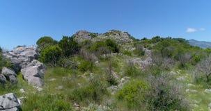 Lot nad kamienistym wzgórzem zdjęcie wideo