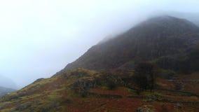 Lot nad krajobrazem Snowdonia park narodowy Walia na mgłowym dniu zdjęcie wideo
