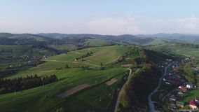 Lot nad lasem w wiosce i górach Widok z lotu ptaka kniaź Carpathians zdjęcie wideo
