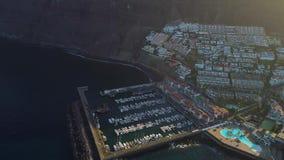 Lot nad Los Gigantes miastem przy Tenerife zbiory wideo