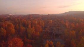 Lot nad ramą zaniechany budynek Stary przemysłowy budynek ten natura niszcząca widok z lotu ptaka zdjęcie wideo